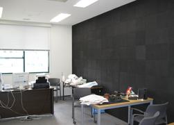 壁面に炭のボードを使った坂輪研究室