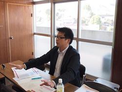 ウェブの発注管理について説明する山本氏