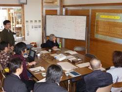 植物資源について説明する渡邊先生(左)