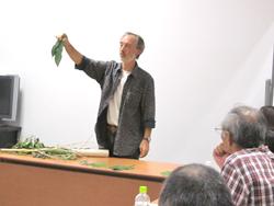 和紙の材料を示しながら語るロギールさん