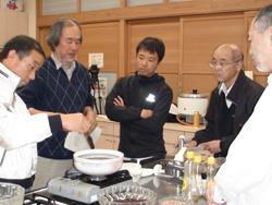 土鍋でゴマ油を熱し蜜蝋を溶かして軟膏の基材とします。左から2人目が矢原先生