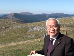 四国カルストを訪れた講演者の陽先生