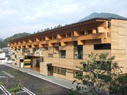 地元木材資源を活かした梼原町役場の外観